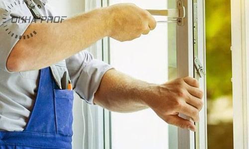 Сервисный инженер ремонтирует окно