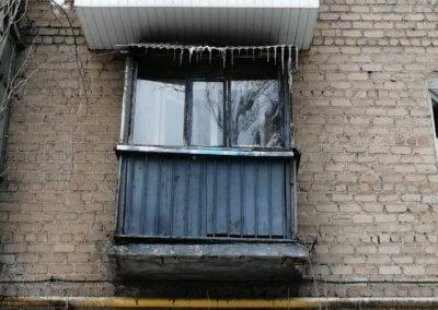 фото старый маленький деревянный балкон в Донецке ул Артема