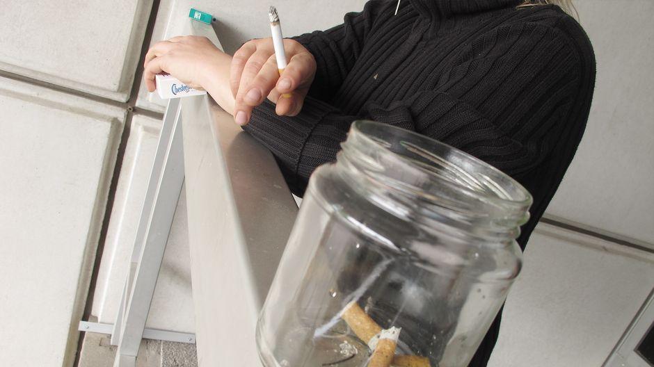картинка курение на балконе