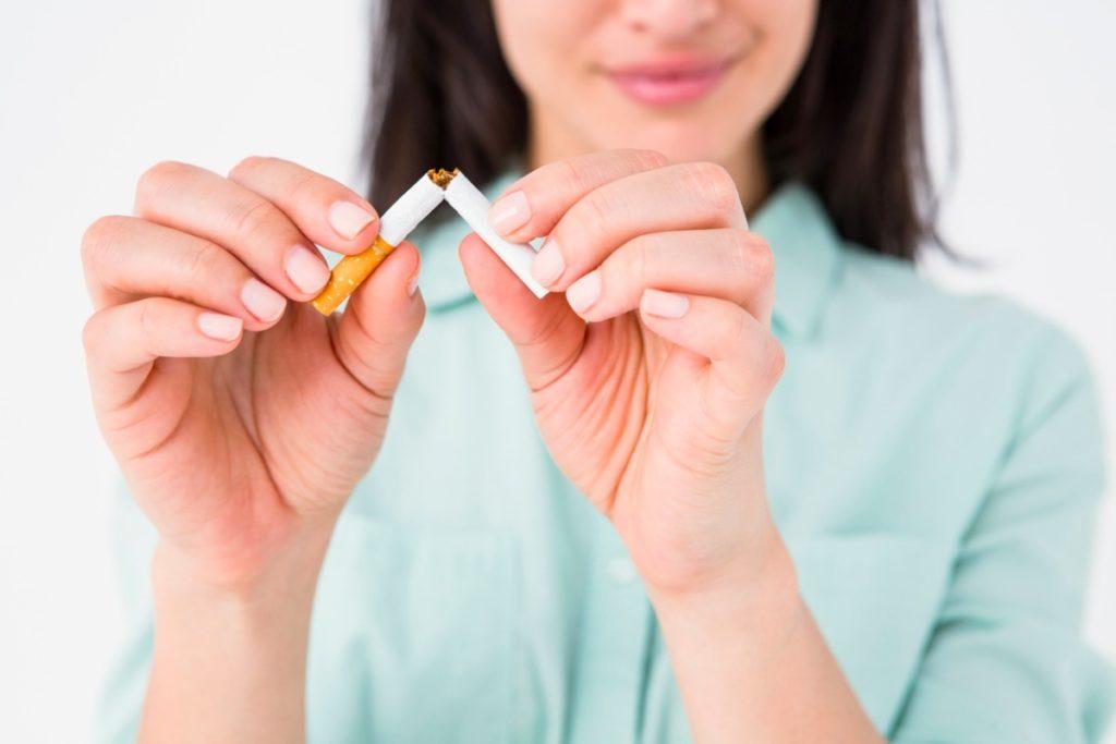 картинка женщина ломает сигарету