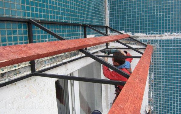 картинка монтаж козырька балкона на верхнем этаже