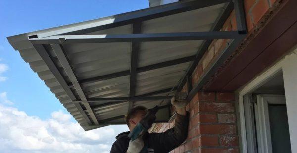 картинка односкатная крыша над балконом со сварным каркасом