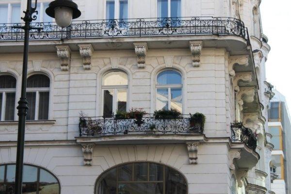 картинка французский балкон с цветами
