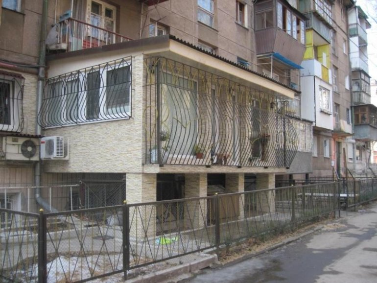 Балкон на первом этаже – мечта или реальность