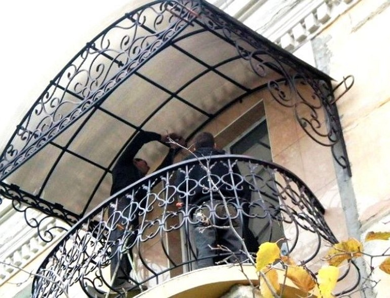 Козырек на балкон: для тех, кто без крыши