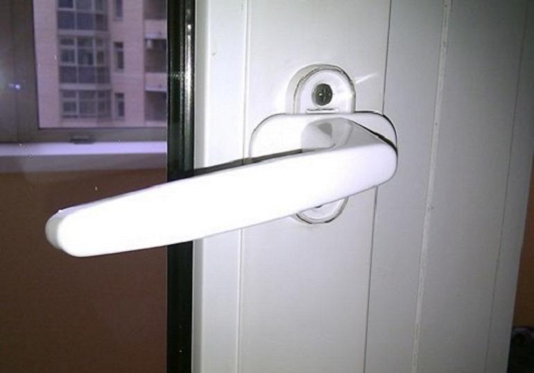 Ручка для балконной пластиковой двери: какие бывают и как выбрать?