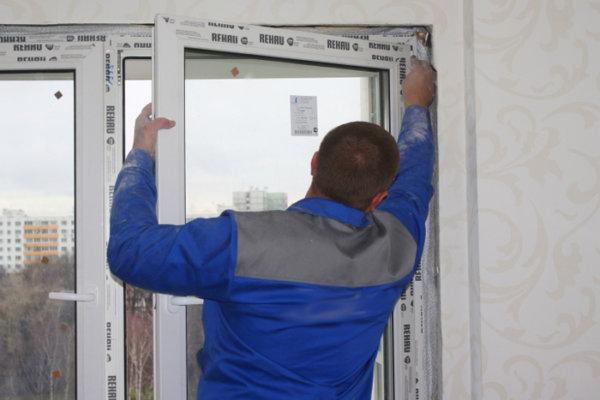 картинка снятие пластиковой двери с петель