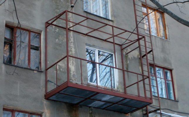 картинка балкон с металлическим каркасом