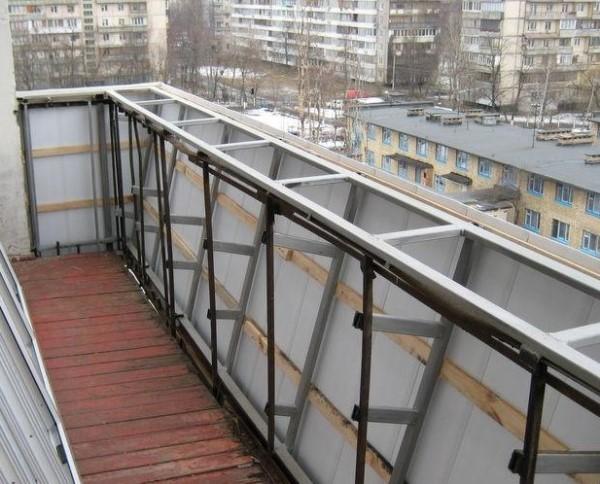 картинка балкон с выносом по подоконнику