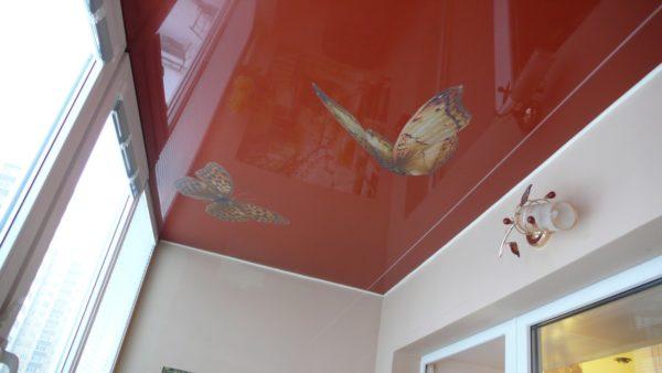картинка пленочный потолок на балконе