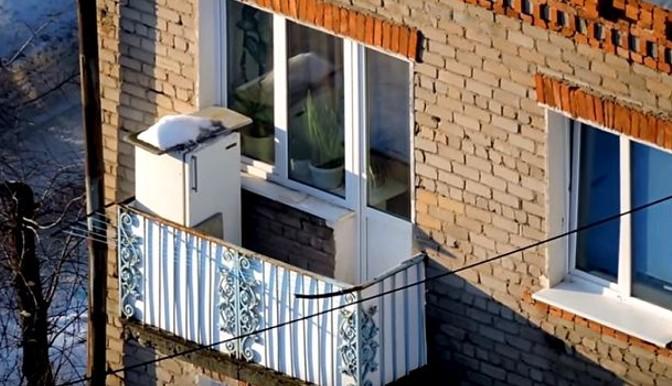 картинка холодильник на открытом балконе