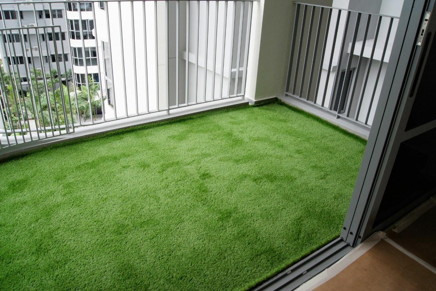 картинка искусственная трава на балконе