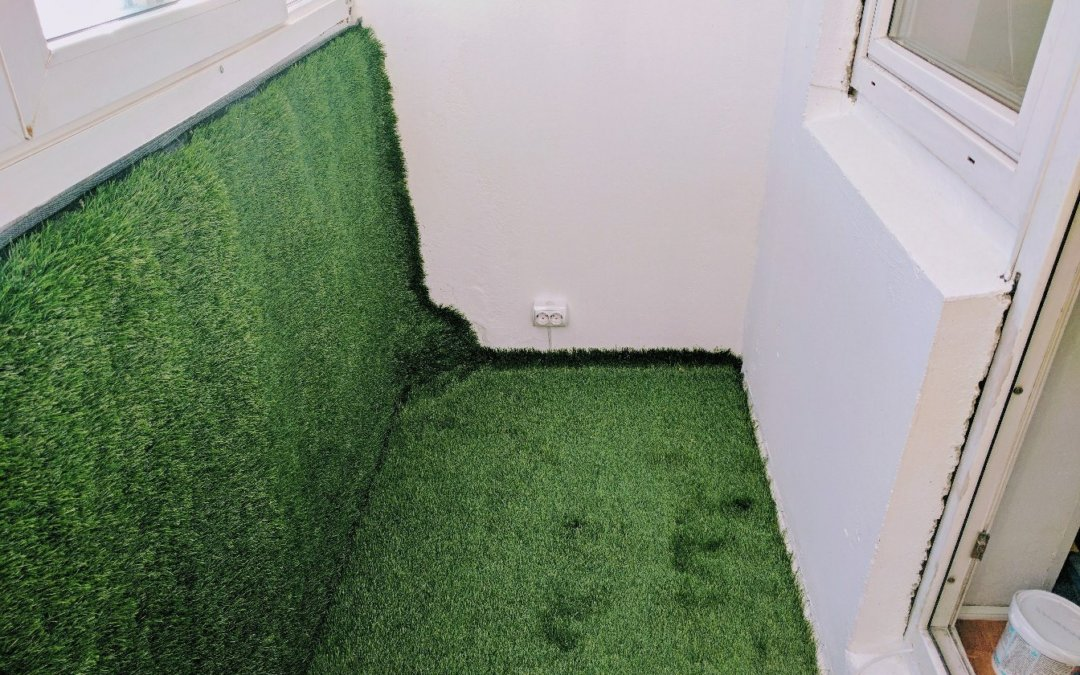 Искусственная трава на балконе