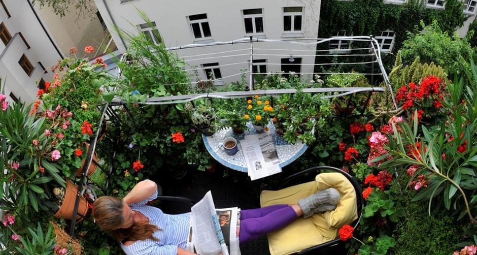 картинка женщина на балконе