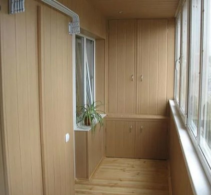 картинка встроенный шкаф на балконе