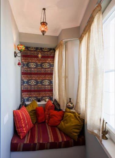 картинка подушки на балконе