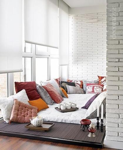 картинка кровать подиум на балконе