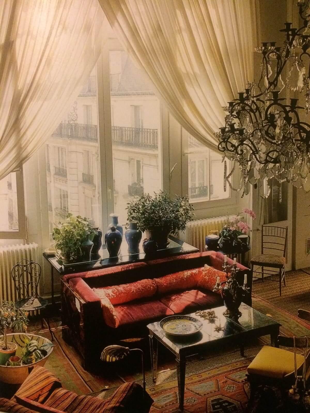 картинка диван спинкой к окну и на расстоянии от него
