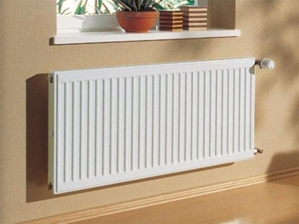 картинка радиатор отопления под окнами
