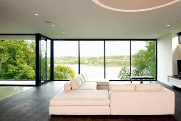 картинка диван перед панорамным окном