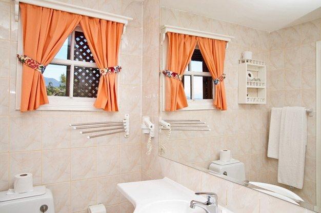 картинка оконный проем в ванной
