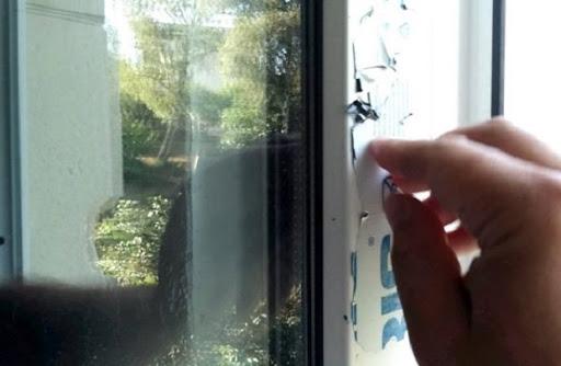 Чем отмыть скотч от пластика на окнах