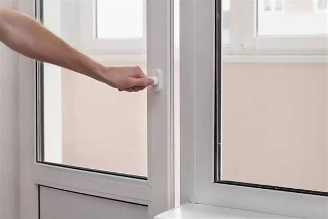 картинка клинит балконную дверь