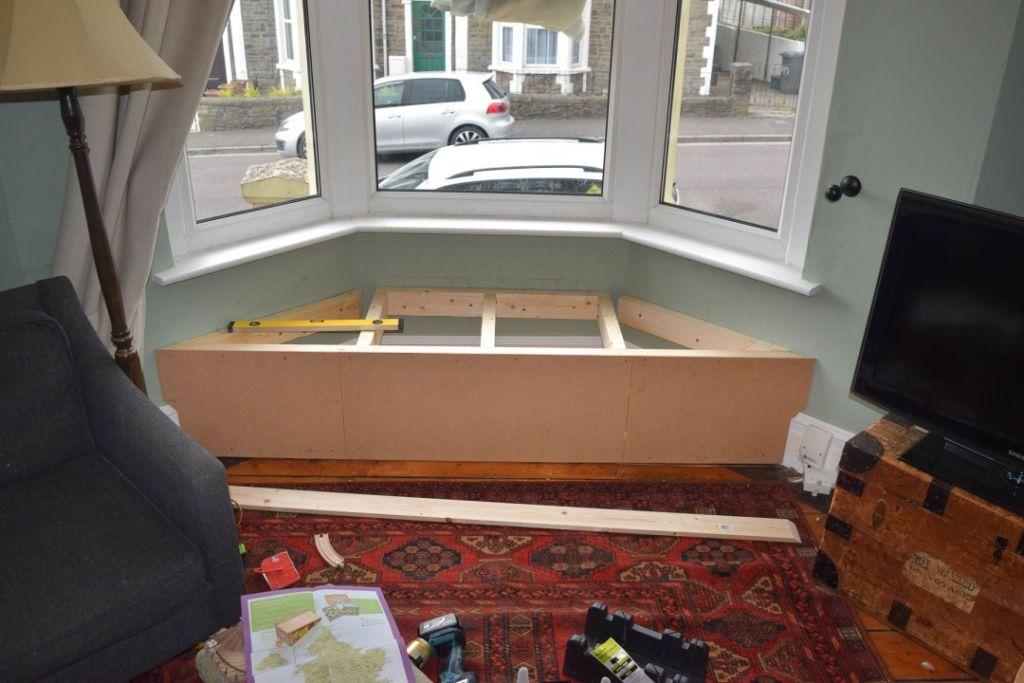 картинка деревянный подоконник-диван
