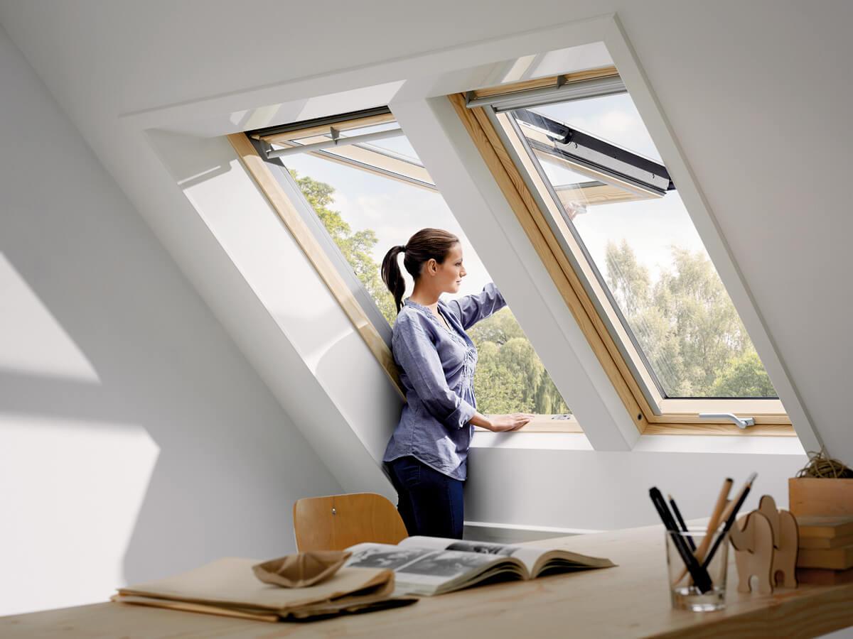картинка женщина около окна