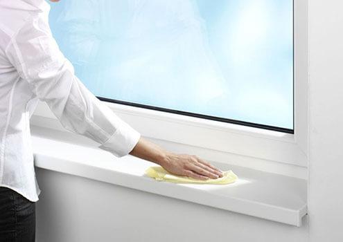 картинка женщина протирает окно салфеткой для компьютера