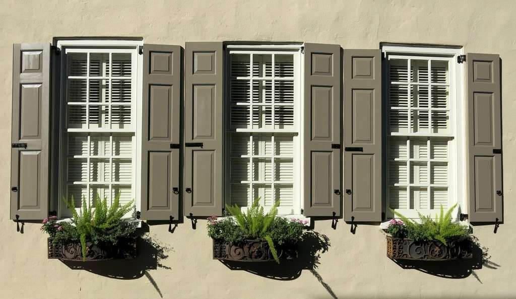 картинка металлические ставни на окна на дачи