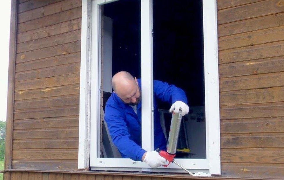 картинка установка окна в каркасном доме