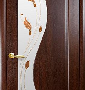 """Межкомнатные двери """"Новый стиль"""" Маэстра Эскада, каштан со стеклом сатин и рисунком"""