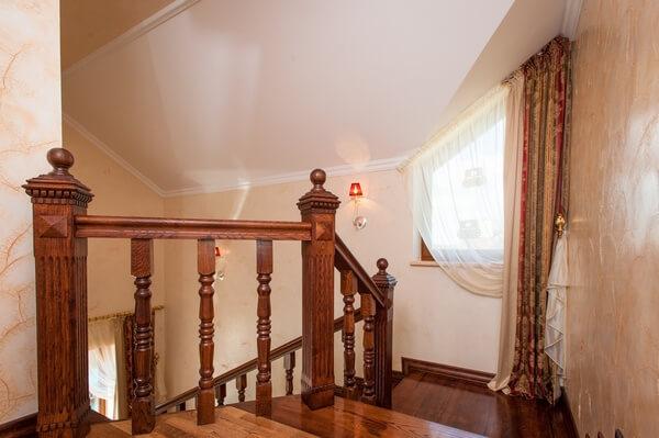 Окно между этажами на лестнице в коттедже